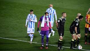 A Benevento i giocatori del Pescara in campo con le mascherine