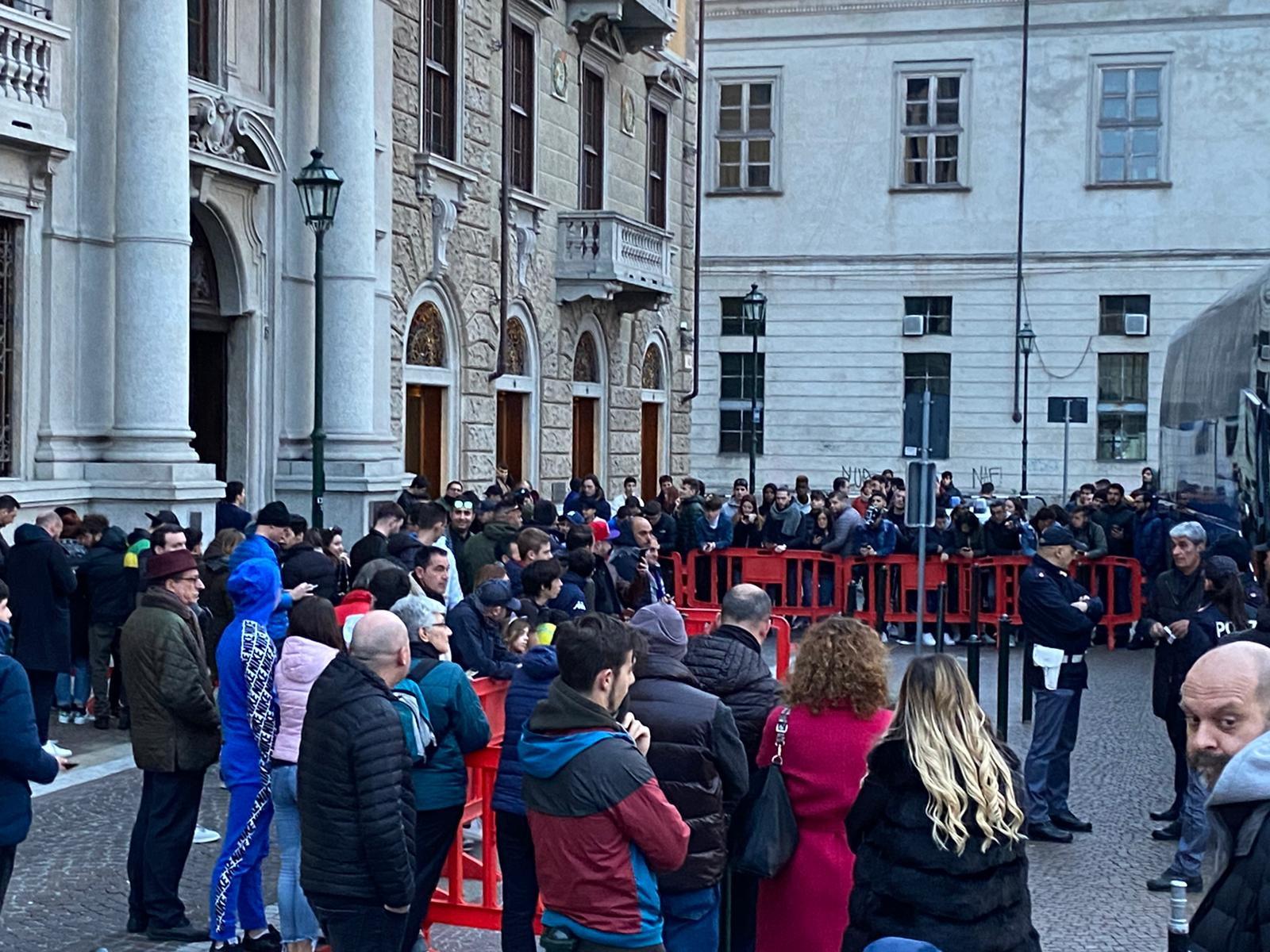 Juventus-Inter a porte chiuse e lo Stadium si attrezza con gli appositi termoscanner per rilevare la temperatura corporea di chi &egrave; potuto entrare nell&#39;impianto. Tutte misure di precauzione per il coronavirus, cosa invece non fatta dai tifosi che si sono radunati in buon numero sotto l&#39;hotel dell&#39;Inter&nbsp;a Torino prima della partenza della squadra verso lo stadio.<br /><br />