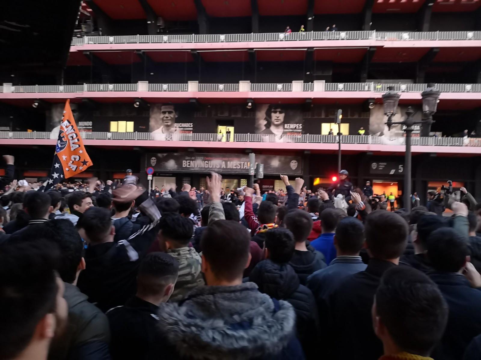 La gara contro l'Atalanta è a porte chiuse ma i tifosi del Valencia non si sono arresi e si sono accalcati davanti allo stadio Mestalla per sostenere la propria squadra, nonostante le indicazioni di non creare assembramenti in emergenza coronavirus. Accolto in massa l'appello di lunedì del direttivo dei Valencia Club di presentarsi allo stadio per caricare i ragazzi di Celades, chiamati all'impresa dopo l'1-4 dell'andata a San Siro per la Dea. Ma non è bastato.