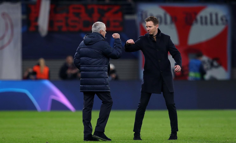 Il Lipsia batte il Tottenham 3-0 e si qualifica ai quarti di Champions League: un grande risultato anche per il tecnico Julkian Nagelsmann che dà una grande lezione a Mourinho(che a fine partita saluta col gomito come da regolamento Uefa visto il coronavirus) e poi festeggia con i tifosi.