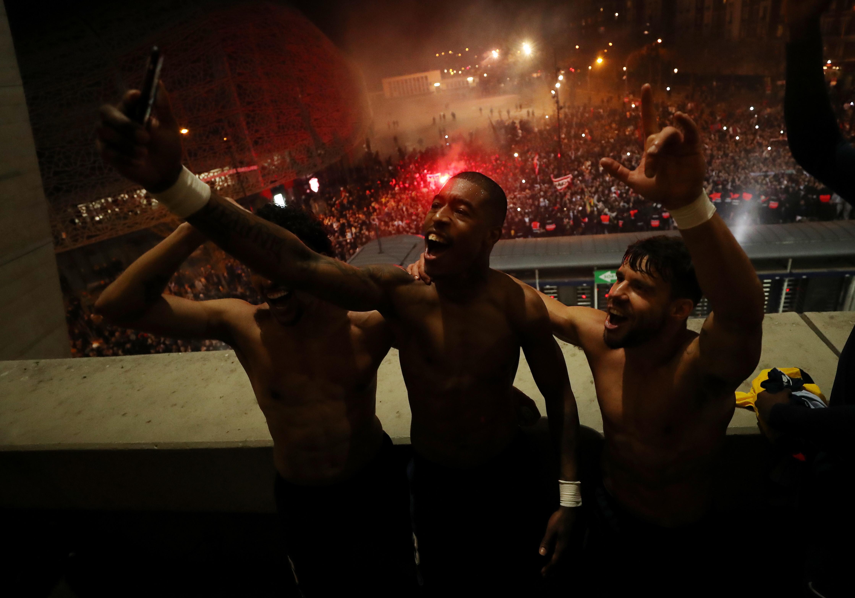 Mentre in tutta Europa si combatte contro il coronavirus, al Panco dei Principi &egrave; successo qualcosa di incredibile mercoled&igrave; sera. Centinaia di&nbsp;tifosi del Psg si sono ammassati fuori dallo stadio per supportare la squadra e alla fine della partita &egrave; esplosa una folle &quot;festa&quot; per la rimonta di Neymar &amp; Co. sul Borussia&nbsp;nel ritorno degli ottavi di Champions. Tutto ignorando le disposizioni contro il contagio, coi i giocatori che si sono anche affacciati&nbsp;per partecipare ai festeggiamenti dei supporter.&nbsp;<br /><br />