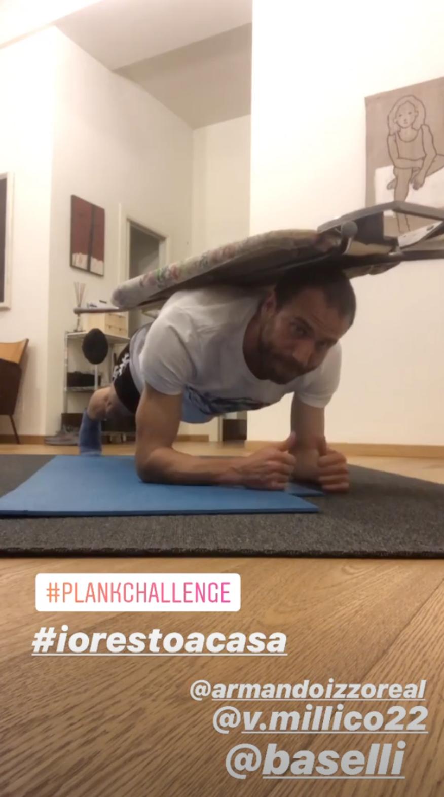I giocatori del Torino provano la plank challenge: un classico plank ma usando come pesi oggetti (o persone!) trovate in casa