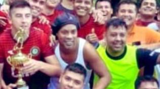 Ronaldinho in carcere: star del torneo di calcetto con gol, assist e trofeo