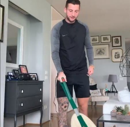 Mitchelll Dijks (Bologna) fa le pulizie in casa