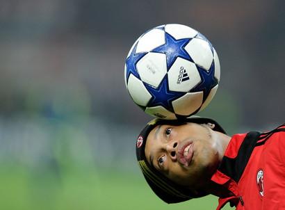 Il 21 marzo di 40 anni fa nasceva Ronaldinho: una vita di successi sportivi, l'addio al calcio e poi la parabola che lo ha portato in carcere in Paraguay. Dai sorrisi ai trionfi fino al Pallone d'Oro, poi le sbarre di una cella, sempre in compagnia delfratello ed ex agente Roberto de Assis, che gli fa da papà dall'età di 8 anni, da quando morì il loro padre.