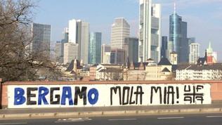 """Francoforte, uno striscione per Bergamo: """"Non mollare"""""""