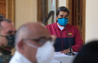 Stanno facendo il giro del web e sollevando diversi punti interrogativi le foto di Nicolas Maduro. Il contestato presidente del Venezuela si è presentato indossando una felpa del Barcellona per fare il discorso alla Nazione sull'epidemia del coronavirus.