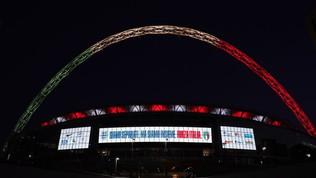 """""""Siamo separati, ma sempre insieme. Forza Italia"""". Wembley tricolore"""