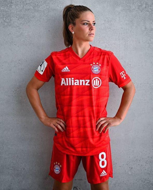Il centrocampista tedesco della Juve, secondo un autorevole rotocalco tedesco, avrebbe lasciato l'isolamento in Italia per raggiungere Melanie Leupolz, con cui si starebbe frequentando ormai da qualche mese. Anche Melanie è una calciatrice ed è il capitano del Bayern Monaco: ha 25 anni e dalla prossima stagione giocherà nel Chelsea.