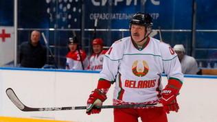 """Lukashenko gioca a hockey e insiste: """"Qui non c'è nessun virus"""""""