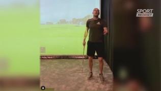 Bale e le evoluzioni con la mazza da golf
