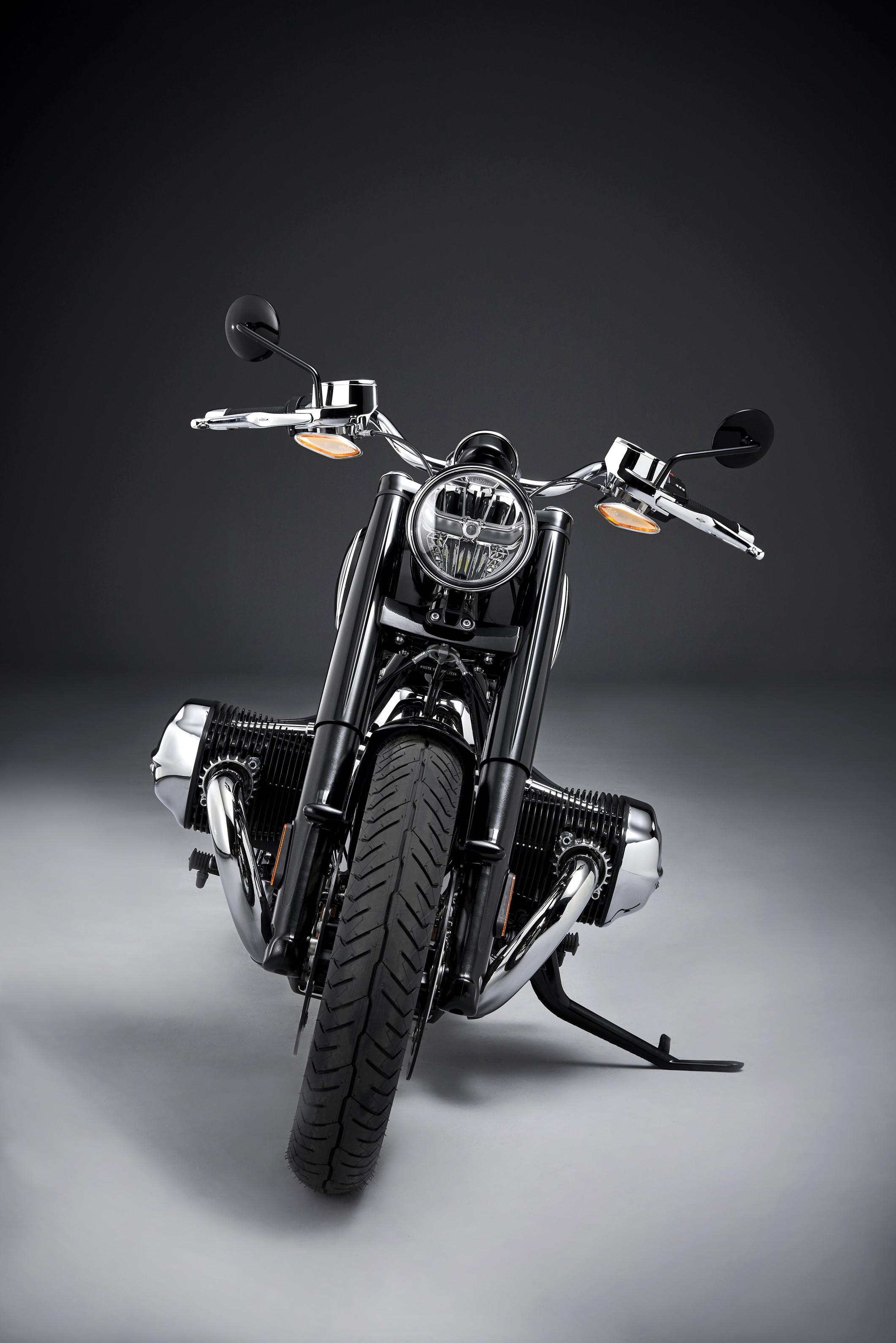 """Con la nuova R 18, BMW Motorrad entra nel segmento delle cruiser. Come nessun'altra moto precedente, questo modello rientra a pieno titolo nella tradizione delle moto storiche BMW, sia in termini tecnici che di design. Una moto """"esagerata"""", ma anche minimalista allo stesso tempo e super peronalizzabile nel puro stile Bmw.    Gli elementi di rilievo della nuova BMW R 18:  Stile iconico che fonde la tecnologia moderna con materiali autentici.  Il più grande motore boxer BMW di tutti i tempi, con una cilindrata di 1802 cc.  Potenza massima 67 kW (91 CV) a 4750 giri/min, coppia massima 158 Nm a 3000 giri/min.  Più di 150 Nm sempre disponibili da 2000 a 4000 giri/min.  Albero di trasmissione a vista basato sul modello classico.  Telaio in acciaio con struttura a doppia culla realizzato con accurata lavorazione.  Forcellone posteriore che incorpora l'albero di trasmissione in un effetto di telaio rigido.  Forcella telescopica con copri forcella e con sistema Cantilever della sospensione posteriore con ammortizzazione progressiva.  Equilibrata ergonomia per una guida rilassata e un perfetto controllo.  Freni a disco anteriori e posteriori, con ruote a raggi.  Illuminazione basata su tecnologia a LED all'avanguardia di interpretazione classica.  Sistema di fari adattivi per una migliore illuminazione della strada in curva, disponibile come opzione di fabbrica.  Quadro strumenti circolare dal design classico con display integrato.  Keyless Ride per una comoda attivazione tramite telecomando.  Tre modalità standard di guida, ASC e MSR.  Retromarcia assistita per manovre agevoli e Hill Start Control per partenze in salita, disponibili come opzioni di fabbrica.  R 18 First Edition: look esclusivo nella verniciatura e nelle cromature.  Ampia gamma di optional e Accessori Originali BMW Motorrad, e un'affascinante collezione Ride & Style."""