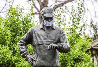 Tempi durissimi anche a New York per l'emergenza coronavirus. E qualcuno ha pensato di mettere la mascherina anche alla statua di bronzo di Fred Lebow, fondatore della maratona di New York (la prima si corse nel 1970 con 127 concorrenti), situata a Central Park. La statua venne inaugurata il 4 novembre 1994.