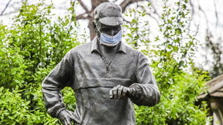 NY, la statua del fondatore della maratona con la mascherina