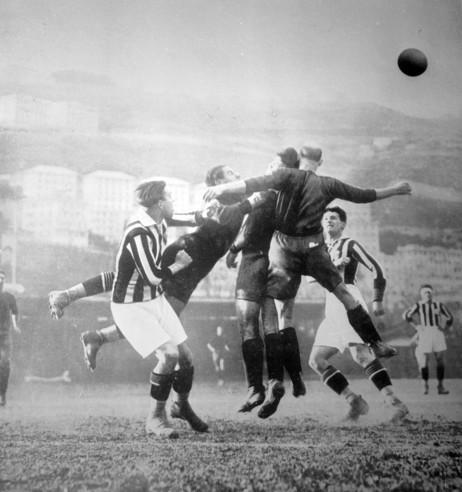 Un'immagine di gioco della stagione 1925/26, quella del secondo scudetto