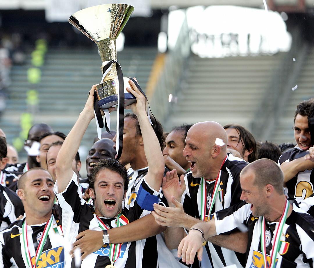 Del Piero alza la coppa dello scudetto 2005, poi revocato
