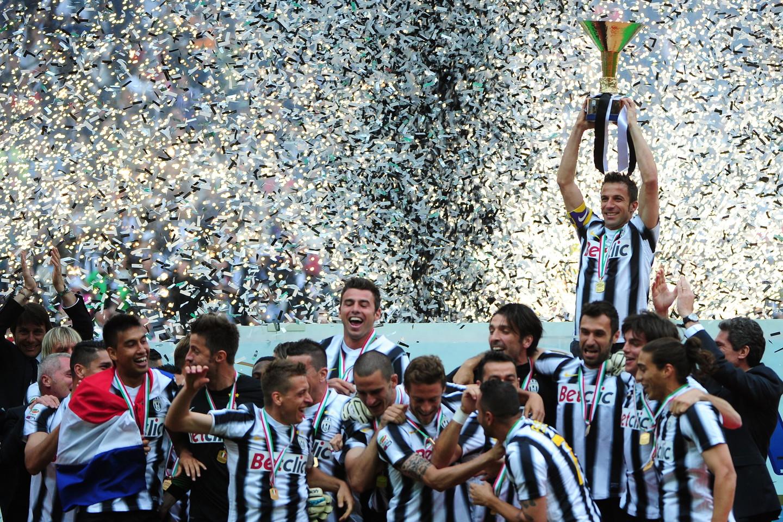 Del Piero alza la coppa dello scudetto 2012, il primo di Conte