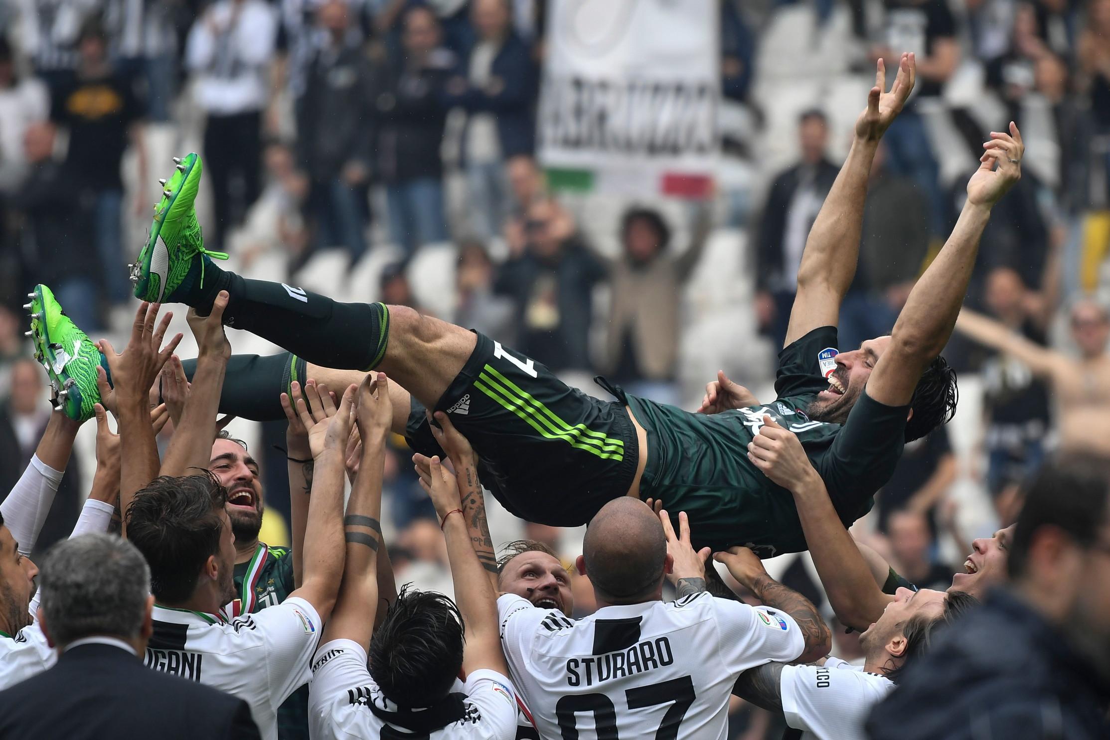 Buffon portato in trionfo dai compagni dopo lo scudetto 2018