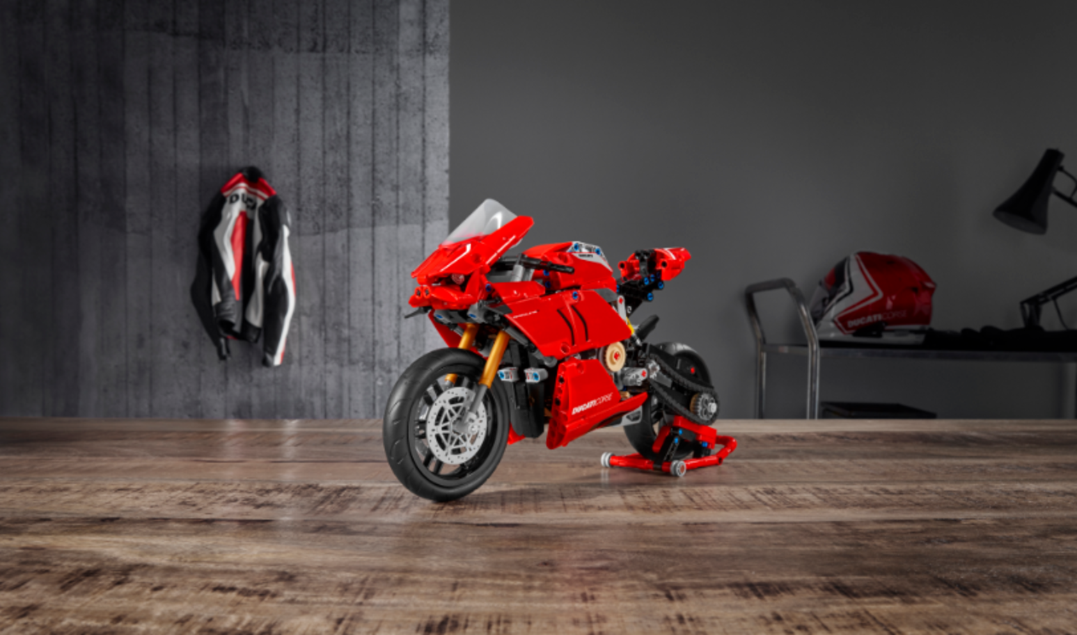Vi annoiate in quarantena? Da oggi potrete divertirvi montando la Ducati Panigale V4 R Lego Technic. Con 646 pezzi andrete a ricreare un'icona del...