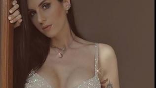 Valentina Vignali, sexy show in reggiseno