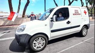 Leclerc torna al volante: fa consegne per la Croce Rossa
