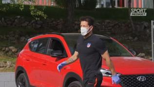 Simeone arriva con mascherina e guanti