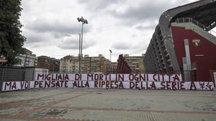 """Torino, tifosi contro la ripresa: """"Il virus da debellare siete voi"""""""