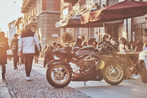 MV Agusta ha annunciato due nuove colorazioni per la Superveloce 800, la superbike neo-retro accolta con entusiasmo da pubblico e critica. Il successo mondiale della moto, tradotto in numerosi ordinativi, segna la ripartenza della produzione nello storico stabilimento di Varese dopo la fase di lockdown. Un avvenimento che ha valso alla Superveloce 800 anche una rivisitazione delle scelte estetiche, offrendo ai clienti delle soluzioni di colore attraenti e di grande stile. Per selezionare le colorazioni più accattivanti, i designer dell'azienda hanno fatto appello ai critici più severi e appassionati: gli stessi fan di MV Agusta nel mondo.