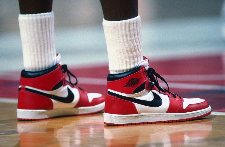 Un paio di scarpe Air Jordan 1 autografate e usate da Michael Jordan in partita, ai tempi dei Chicago Bulls, &egrave; stato venduto all&#39;asta da Sotheby&#39;s per 560mila dollari, pari a circa 517mila euro. Si tratta di un record per ci&ograve; che riguarda i cimeli del basket e batte i 437.500 dollari pagati a luglio dell&#39;anno scorso per un altro paio di scarpe, le Moon Shoes, preparate (ma non utilizzate) sempre per il numero 23 dei Bulls.<br /><br />