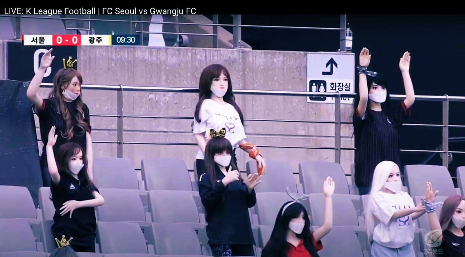"""È costata una multa record da oltre 80 mila dollari (100 milioni di won) la singolare iniziativa dell'FC Seul, in Corea del Sud, di posizionare sugli spalti delle bambole gonfiabili al posto degli spettatori assenti per le misure anti coronavirus. La partita doveva giocarsi a porte chiuse e sulle sedie erano state collocate delle bambole con indosso magliette o loghi riferiti ad un venditore di sex toys. Una mossa duramente criticata dalla K-League, che ha accusato il club di avere così """"profondamente umiliato le sue fan"""". La notizia dell'incidente aveva fatto il giro del mondo. Dopo aver esaminato il caso, la K-League ha accolto la giustificazione secondo cui la società calcistica non sapeva che i manichini fossero giocattoli sessuali, precisando però che """"avrebbe potuto facilmente riconoscere la loro funzione usando il buon senso e l'esperienza"""". """"La polemica su questo episodio - ha concluso la Lega coreana - """"ha profondamente umiliato e ferito le fan e danneggiato l'integrità della lega""""."""