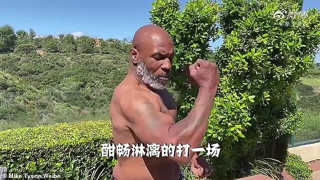 """Mike Tyson continua ad allenarsi in vista di un possibile ritorno sul ring per beneficenza. Eccolo in un video pubblicato su Weibo: un fisico molto tonico per i suoi 53 anni. """"Vi farò sapere se c'è la possibilità che torni a boxare ma garantisco una cosa. Se lo farò, lo farò con lo spirito di Mao"""" dice Tyson."""