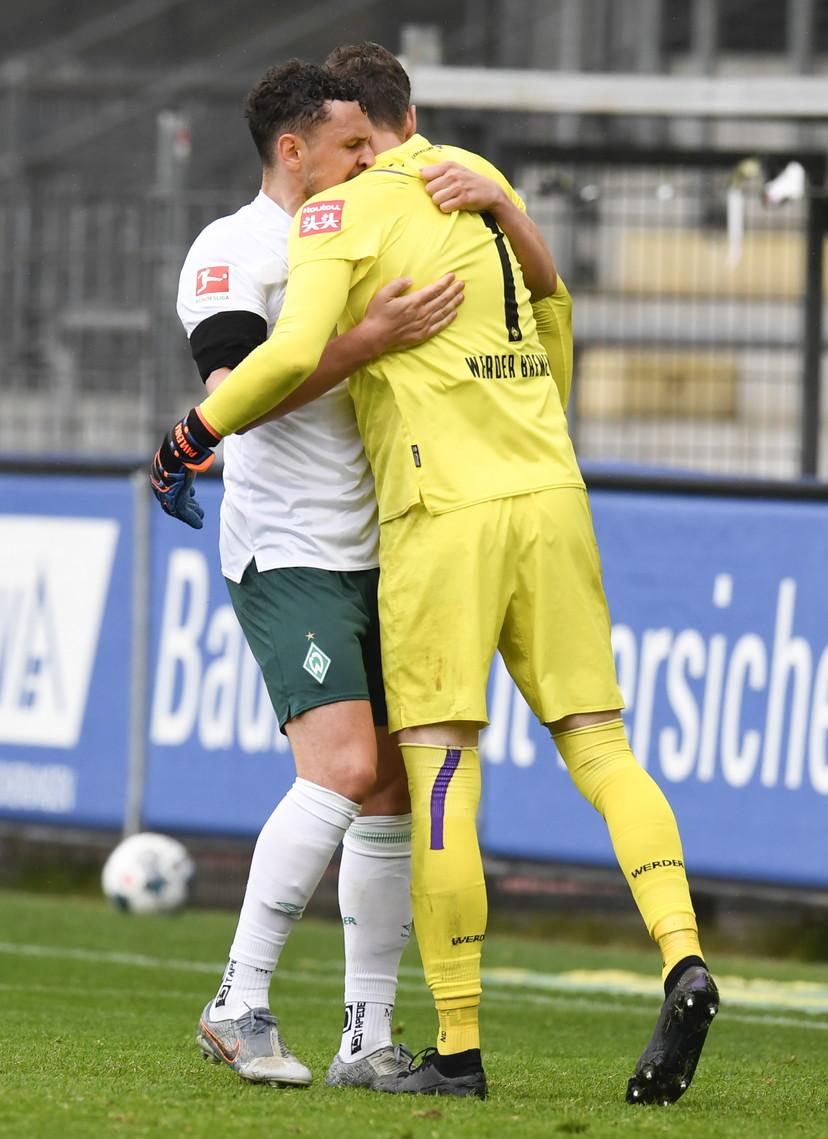 Alla seconda giornata dopo la pausa per la pandemia di coronavirus, in Bundesliga sono rispuntate vecchie usanze ed esultanze. Gli abbracci dopo un go...