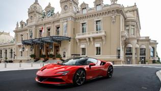 Leclerc romba a Monaco con la Ferrari SF90 Stradale nel giorno del GP