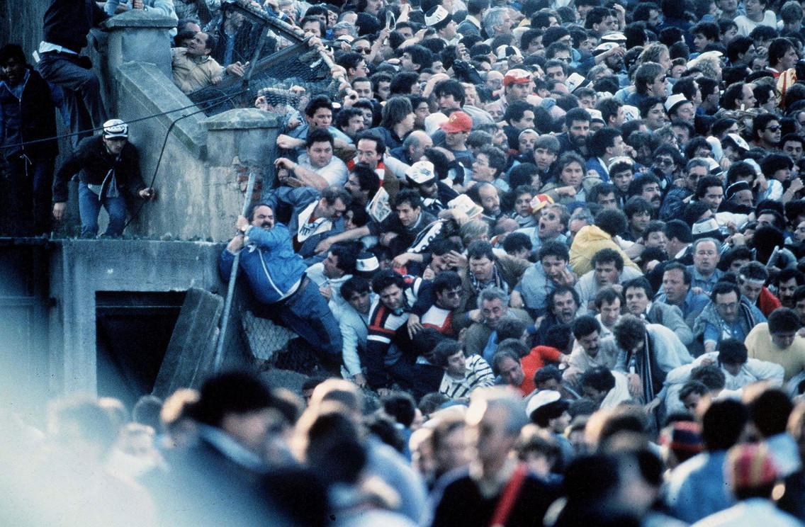 Il 29 maggio 1985 la notte pi&ugrave; buia del calcio mondiale: la tragedia dell&#39;Heysel. I tifosi juventini - 32 erano italiani - andati a Bruxelles con la speranza di festeggiare la prima Coppa dei Campioni bianconera trovarono una morte orribile nel settore Z dello stadio, travolti dalla furia degli hooligans inglesi, schiacciati contro le balaustre o precipitati dalle gradinate, poco prima che iniziasse la finale Juve-Liverpool. Morti, per&ograve;, anche per l&#39;inadeguatezza dell&#39;Heysel e dei servizi di sicurezza ed ordine pubblico.<br /><br />
