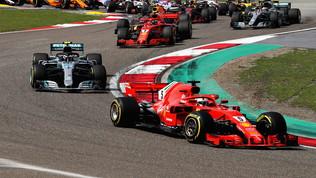 Meno di un mese al via: Ferrari e Mercedes scaldano i motori!