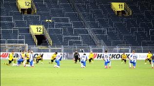 Bayern, maglietta contro il razzismo   A Dortmund 1' in ginocchio