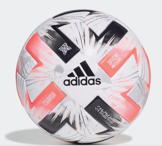 Le Olimpiadi di Tokyo 2020 non si disputeranno quest&#39;anno, ma il sito FootyHeadLines &egrave; riuscito ad avere in anteprima le immagini del pallone che verr&agrave; utilizzato durante il torneo calcistico nella prossima estate. &quot;Adidas Captain Tsubasa&quot; il nome del pallone con chiaro riferimento all&#39;iconico cartone animato nipponico, in Italia conosciusto come &quot;Holly e Benji&quot;. La sfera &egrave; bianca, rosso chiaro e nera con dei disegni del cartone animato sullo sfondo.<br /><br />