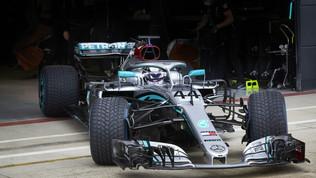 È il giorno di Hamilton, anche il campione torna in pista | FOTO