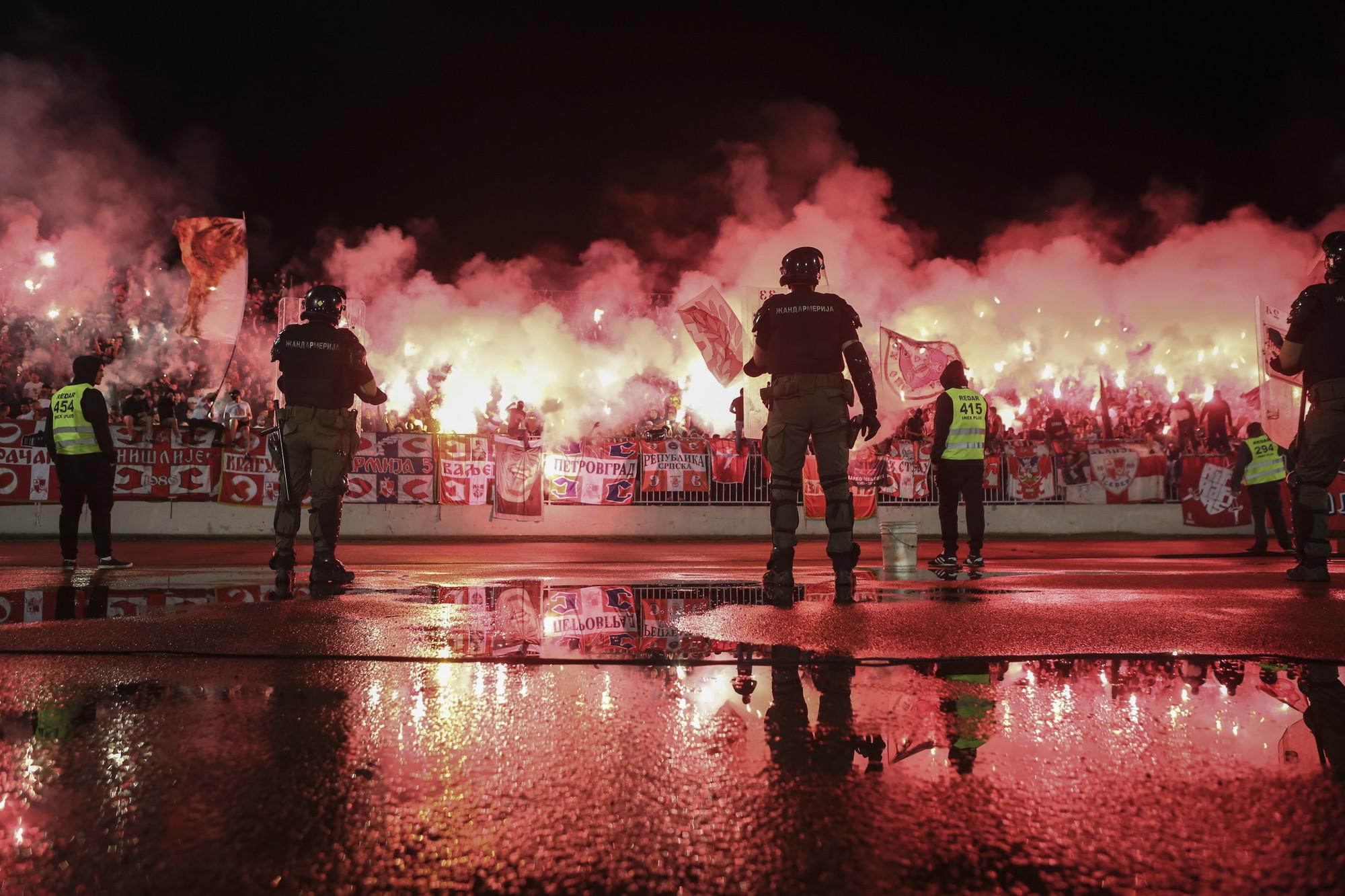 Il 200&deg; derby di Belgrado tra Partizan e Stella Rossa &egrave; andato in scena a porte aperte e con la consueta cornice di pubblico infuocata (20mila spettatori) e fumogeni. Al punto che la partita &egrave;&nbsp;stata sospesa al 32&#39; per l&#39;impossibilita&#39; a proseguire. Totalmente disatteso il distanziamento sociale nonostante lo scorso 27 maggio l&#39;Unit&agrave;&nbsp;di crisi sanitaria di Belgrado abbia stabilito che dal 1&deg; giugno saranno consentiti gli eventi sportivi all&#39;aperto con la presenza del pubblico, a condizione che gli spettatori siano a una distanza di almeno un metro l&#39;uno dall&#39;altro. Il Partizan di Savo Milosevic ha sconfitto 1-0 la Stella Rossa di Stankovic con un gol di Natcho e vola in finale di Coppa di Serbia.<br /><br />