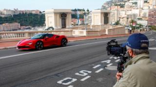 Leclerc 'attore' sulla Ferrari SF90: a 240 km/h a Montecarlo col Principe Alberto