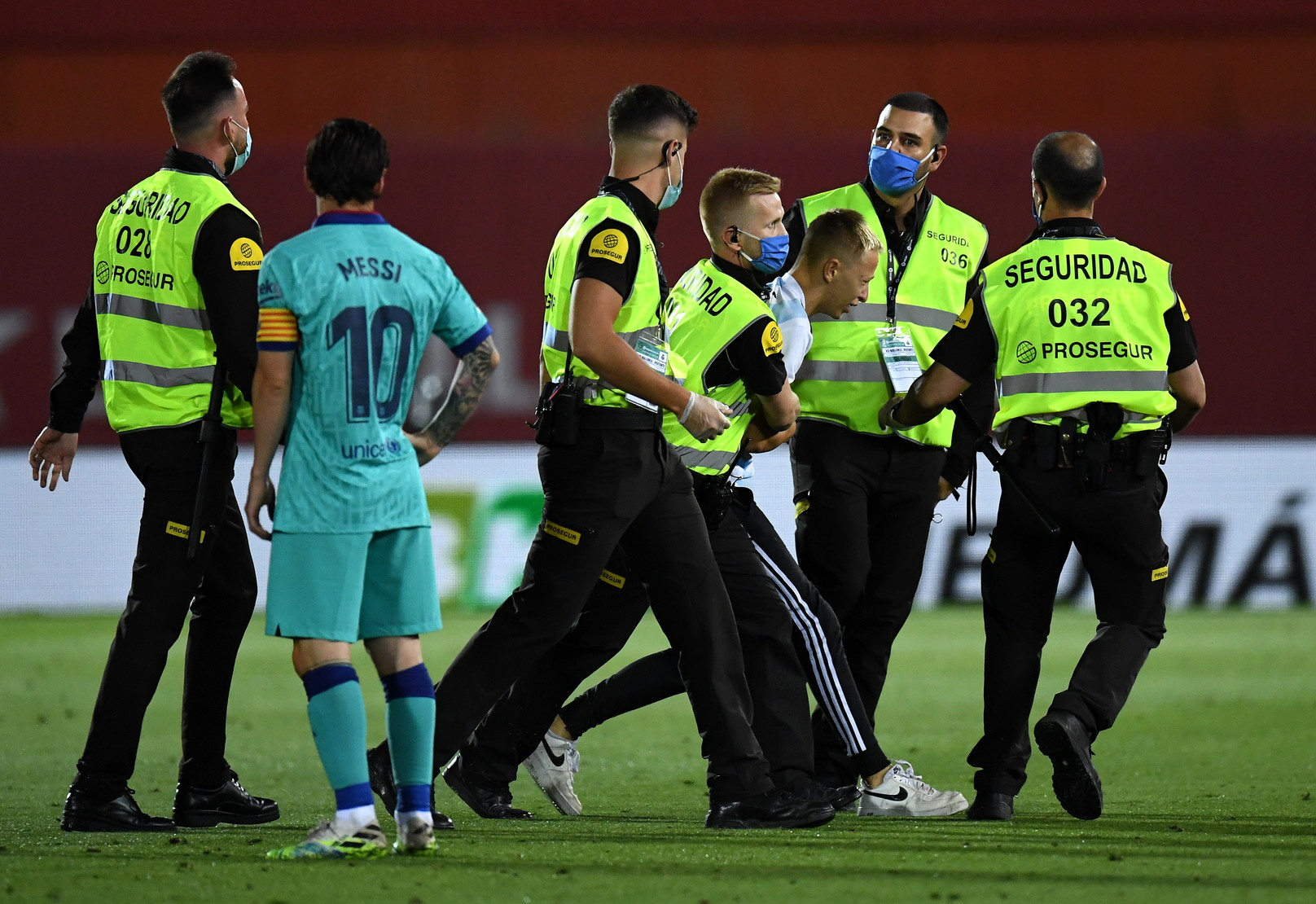 Anche nel calcio post-coronavirusnon mancano le cattive abitudini. Al minuto 54 di Maiorca-Barcellona, gara della Liga giocata rigorosamente a p...