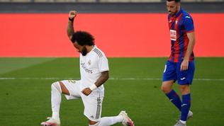 Marcelo, esultanza in ginocchio in onore di Floyd