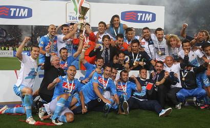 L'unico precedente in una finale di Coppa Italia tra Juventus e Napoli risale a otto anni fa. Era il 2012 e a vincere furono gli azzurri (2-0 Cavani-Hamsik), che alzarono al cielo il primo trofeo della presidenza De Laurentiis e il primo dopo l'era Maradona. Quella fu anche l'ultima partita italiana di Alex Del Piero e dei giocatori in campo l'unico superstite è Leonardo Bonucci. Ma dove sono e cosa fanno oggi i titolari di quella partita?