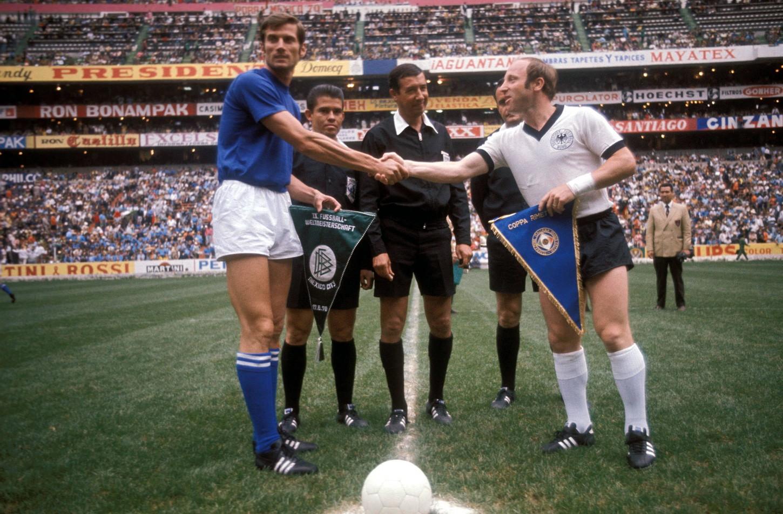 """Italia e Germania il 17 giugno del 1970 diedero vita a quella che poi fu definita """"la partita del secolo"""": uno spettacolare 4-3 nella semifinale dei Mondiali in Messico. Sette gol, papere e prodezze: vantaggio azzurro con Boninsegna, pareggio tedesco nel recupero di Schnellinger. Nei supplementari ben cinque gol: Muller, Burgnich, Riva, Mullere il mitico gol in controtempo di Rivera per la vittoria. In finale poi vinse il Brasile ma quel match è ancora oggi indimenticabile, per l'Italia e per il mondo."""