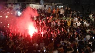 Napoli pazza di gioia: caroselli e fuochi d'artificio in città