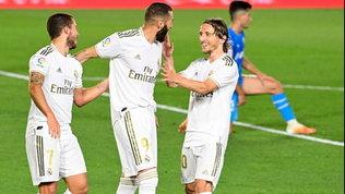 Doppietta show di Benzema, il Real non molla il Barcellona