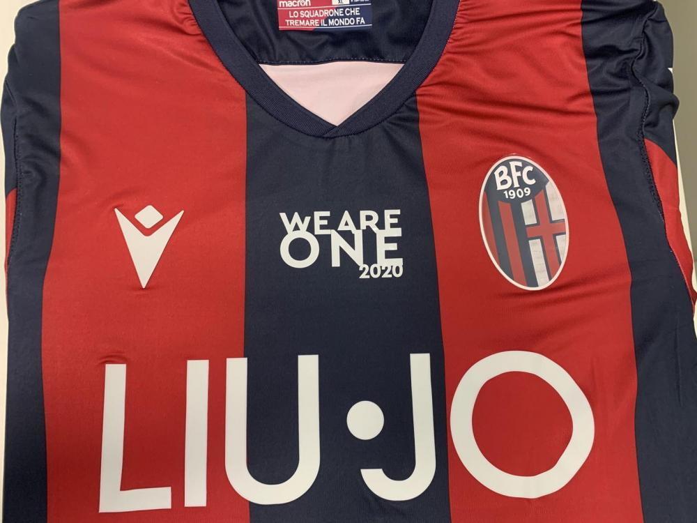 Nella sfida contro la Juventus in programma luned&igrave;&nbsp;allo stadio emiliano del Dall&#39;Ara - la prima in campionato dopo il lockdown - il Bologna scender&agrave;&nbsp;in campo &quot;con una maglia personalizzata. Sulla divisa sar&agrave;&nbsp;infatti applicata una speciale patch dedicata a &#39;WeAreOne 2020 - Ripartiamo insieme&#39; la piattaforma solidale rossobl&ugrave;&nbsp;dei progetti promossi dal Bologna per contrastare l&#39;emergenza Covid-19&quot;. Lo comunica sul suo sito la squadra emiliana. Lo stesso slogan &#39;We Are One 2020 - Ripartiamo insieme&#39; sar&agrave;&nbsp;esposto anche su uno striscione sotto la torre di Maratona nel settore distinti dello stadio bolognese.&nbsp;<br /><br />