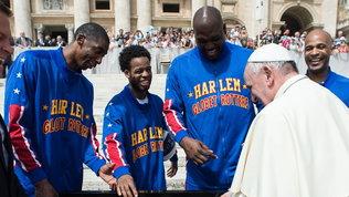 Papa, all'asta maglia degli Harlem Globetrottersper ospedali lombardi