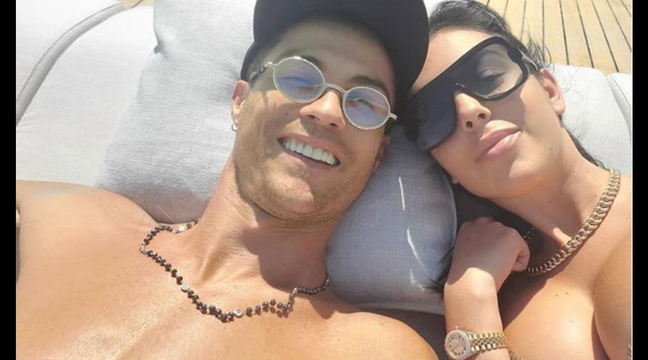 Gita in Versilia per Cristiano Ronaldo e Georgina Rodriguez. La coppia si è concessa un'uscita in barca al largo di Viareggio per poi rilassarsi in un lussuoso hotel di Forte dei Marmi.