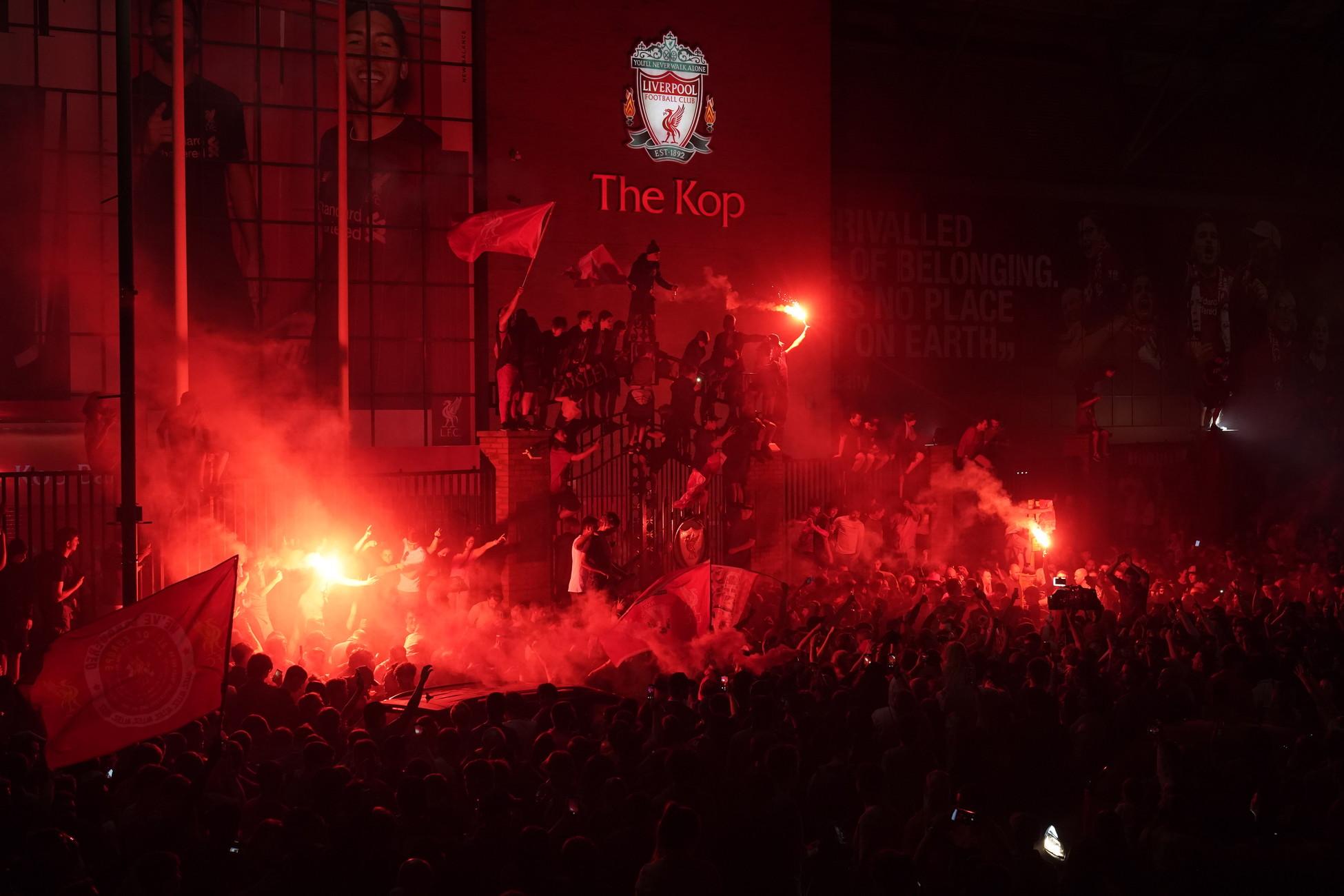 Grande festa per i tifosi del Liverpool, che è tornato a vincere una Premier League dopo 30 anni: una gioia festeggiata per le strade della città senza mascherine e senza prestare molta attenzione alle norme sul distanziamento sociale.
